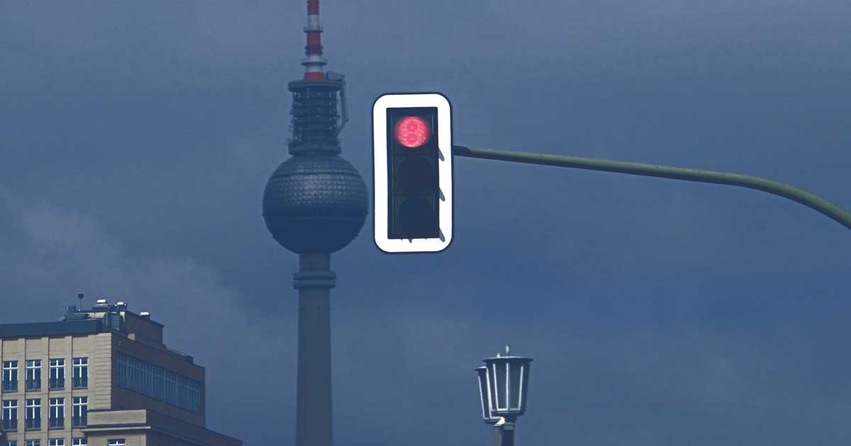 Ampel mit Berliner Fernsehturm im Hintergrund